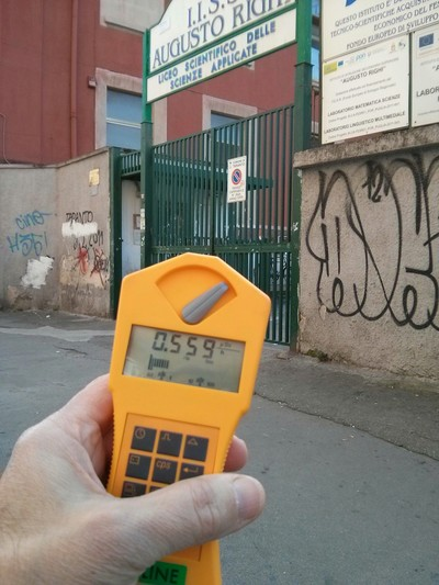 Misurazione della radioattività in microSievert/ora davanti al cancello dell'IISS Righi di Taranto