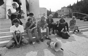 """Mir Sada, promossa da """"Beati i Costruttori di Pace"""" e dall'associazione francese """"Equilibre"""", Agosto 1993, Dino Frisullo (con il microfono) e Tom Benetollo"""