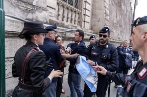 attivisti a Roma contro Trump