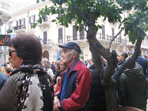 Luciano Marescotti, 88 anni, mentre partecipa ad una marcia contro l'inquinamento a Taranto