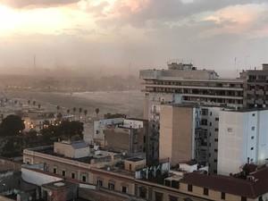 12 agosto 2017, la città di Taranto ed in particolare il quartiere Tamburi vengono coperti dalle polveri provenienti dall'area industriale. Immagine scattata dal Borgo.