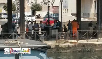 Pulizia delle cozze abusiva in Piazzale Democrate a Taranto