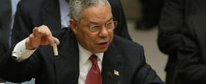 Il generale USA Colin Powell all'ONU mentre esibisce all'ONU nel 2003 una misteriosa fialetta per convincere il mondo dell'esistenza in Iraq di armi di distruzione di massa, mai trovate.