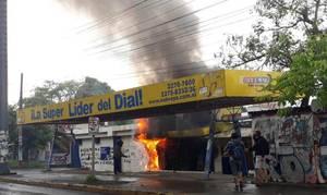 Manifestanti pacifici bruciano la Nueva Radio Ya (Foto FB)