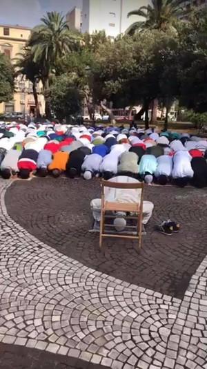 Musulmani in preghiera a Taranto (Piazza Garibaldi 15/6/2018)