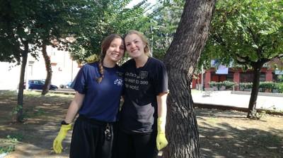 Le ragazze americane che puliscono piazza Masaccio nel quartiere Tamburi di Taranto