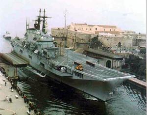 La portaerei Gabibaldi entra nel mar Piccolo di Taranto