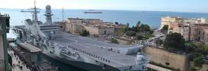 La portaerei Cavour entra nel mar Piccolo di Taranto e va all'Arsenale Militare per manutenzione