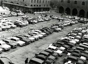 auto in piazza negli anni 60