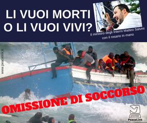 Migranti in mare. Nella foto piccola il ministro Salvini con il rosario in mano