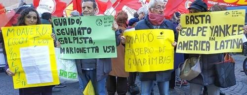 Una parte della delegazione NoWar-Roma in piazza Vidoni (Sputnik International).  La foto viene dal sito di un'agenzia giornalistica russa in quanto le maggiori agenzie occidentali, tranne una a pagamento, non hanno voluto diffondere immagini della manifestazione pro Maduro tenutasi a Roma prima del voto al Parlamento sulla crisi venezuelana.
