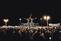 Arrivo della fiaccolata al monumento ai marinari Genitori tarantini