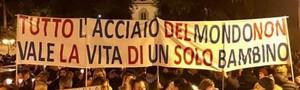 """Cartello portato in una manifestazione: """"Tutto l'acciaio del mondo non vale la vita di un bambino"""""""
