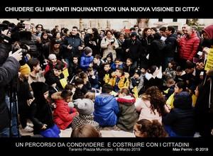 La manifestazione dell'8 marzo 2019 a Taranto davanti al Municipio per protestare contro l'inquinamento dell'ILVA