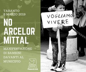 Bambino manifesta davanti al municipio di Taranto contro ArcelorMittal l'8 marzo 2019