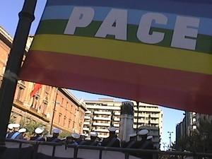 La bandiera della pace esposta a Taranto durante la commemorazione del 4 novembre in piazza della Vittoria