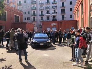 L'esperienza didattica sull'auto elettrica nell'IISS Righi di Taranto. Nella foto la Tesla model S