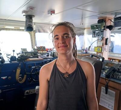Carola Rackete, il capitano della Sea Watch, per aver salvato vite umane ha ricevuto pesantissimi insulti che non meritano d'essere riportati in nessuna sede. Noi possiamo dire soltanto una cosa: pagheremmo per avere il coraggio e la schiena dritta di Carola che - a partire da oggi - è la nostra ragazza copertina, l'immagine che ci ricorda quello che vorremmo tanto essere. Grazie Carola, per avercelo ricordato.