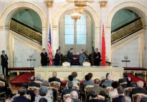 Reagan e Gorbaciov alla firma del trattato INF (1987).