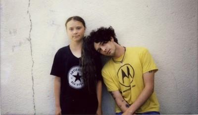 """Matt Healy e Greta Thunberg (che indossa la maglietta con la scritta """"Antifascist All Stars"""")"""