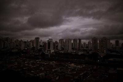 La foto del cielo scuro sopra San Paolo, in Brasile, del 19 agosto 2019