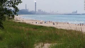 Il lago Michigan e sullo sfondo lo stabilimento di ArcelorMittal nell'area Indiana Dunes
