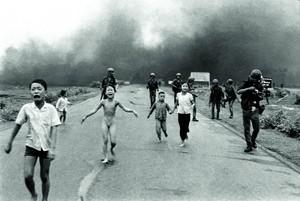 Kim Phúc Phan Thi, la «bimba del napalm» ustionata a nove anni. E una foto, scattata l'8 giugno 1972, che ha fatto il giro del mondo. Uno scatto divenuto immagine iconica del pacifismo americano: la corsa disperata di una bambina terrorizzata che aveva perso tutto nell'incendio del suo villaggio.