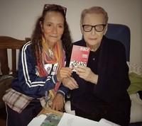 """Agnese Ginocchio dona il libro """"Riace. Musica per l'Umanità"""" al Vescovo Nogaro"""