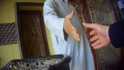 La squadra delle BBC News Arabic durante la registrazione di una conversazione con un mercante di lavoratrici domestiche in Kuwait
