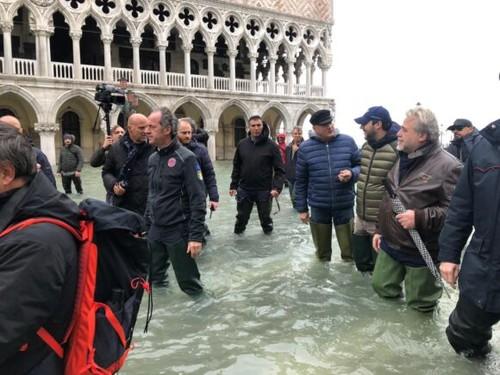 I politici con gli stivali di gomma in Piazza San Marco