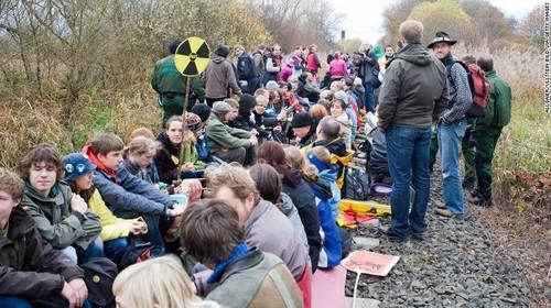 Movimento di protesta lungo i binari ferroviari