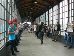 Lavoratori berlinesi che prendono la metropolitana per recarsi sul posto di lavoro