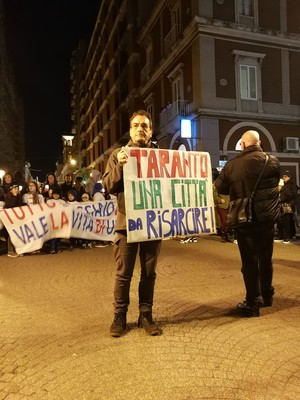 """""""Taranto città da risarcire"""". Manifestante nel corteo del 27 febbraio 2020 contro l'inquinamento ILVA"""