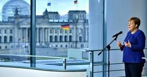 La cancelliera Merkel mentre annuncia lo stanziamento del pacchetto di salvataggio a sostegno delle imprese e delle famiglie tedesche