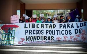 Protesta davanti agli uffici della Procura (Foto Comitato Liberazione Detenuti Politici)