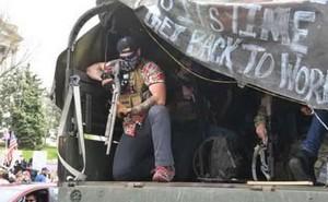 Pandemia coronavirus. Un manifestante armato che chiede di tornare a lavorare negli Stati Uniti.