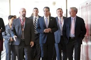 Schmidt con il Governatore di New York Andrew Cuomo (al centro) nel 2014.