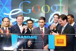 Schmidt e Larry Page (al centro) all'IPO di Google del 2004.