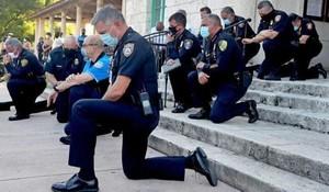 A Miami i poliziotti di inginocchiano alla manifestazione per George Floyd