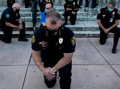 """Dopo l'uccisione dell'afroamericano George Floyd (un poliziotto bianco lo ha lentamente asfissiato con la complicità dei suoi colleghi) dilagano le proteste negli Stati Uniti. Trump: """"Potere illimitato all'esercito"""". Ma cì sono anche poliziotti che si inchinano davanti ai manifestanti. Un gesto che rimarrà nella storia della nonviolenza."""