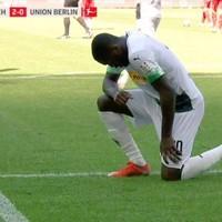 Il gesto antirazzista con un ginocchio a terra fu pensato dal giocatore di football Kaepernick