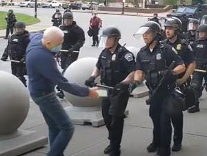 Buffalo (USA), un anziano di 75 anni viene spintonato dalla polizia e cade all'indietro. Sanguinante, non verrà soccorso dai poliziotti