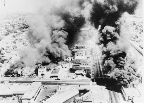Edifici in fiamme durante le rivolte di Watt, 1965