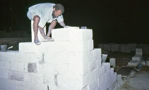 Sandro Quaranta, mentre costruisce un muro