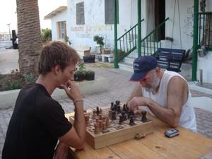 Sandro mentre gioca a scacchi, pur essendo cieco