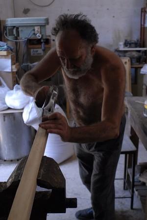 Sandro Quaranta al lavoro nella falegnameria della cooperativa Owen