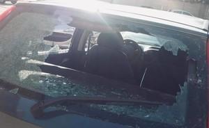 i vetri distrutti dell'auto colpita nel grave atto intimidatorio, fonte: pagina facebook comitato di quartiere «Per una nuova Rancitelli»