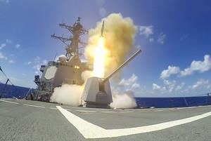 La USS Chung-Hoon lancia un missile durante le manovre Rim of the Pacific il 26 agosto 2020 (foto della marina USA)
