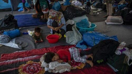 """Drammatica emergenza umanitaria nel campo profughi di Moria, sull'isola greca di Lesbo, dove in 12 mila migranti sono rimasti senza riparo per un incendio. Fra essi 3.800 bambini. L'ONU: """"I Paesi europei debbono aiutare di più"""". Abbiamo pubblicato un appello. Clicca qui."""