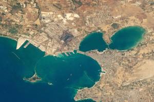 Taranto, veduta aerea, a nord la parte industriale, a sud quella militare con la base navale NATO